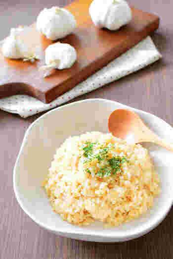 すりおろしたにんにくを入れて、炊飯器で炊き上げるガーリックバターライスのレシピです。醤油も入れて、香りよく仕上げています。
