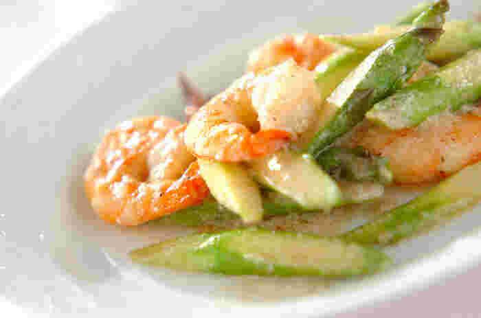 炒めたエビとグリーンアスパラにココナッツミルクをプラスして、ほんのり優しい甘さのコクのある炒め物に。エビの赤とアスパラのグリーンの組み合わせがとても美しく、簡単なのに食卓を華やかにしてくれます。