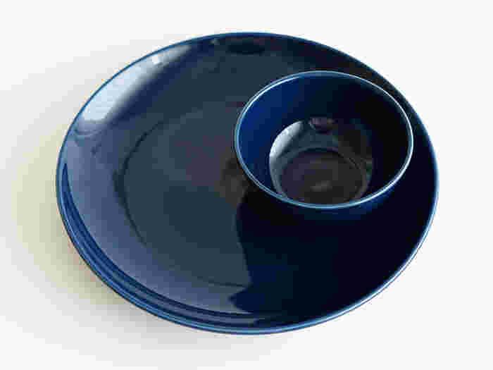 使いやすさと心地よさを考えて設計された日本生まれのテーブルウェアブランド「Common (コモン)」のワンプレートセット。ネイビーの色合いが、どんな料理も素敵に映えさせてくれます。ランチプレートにも朝ごはんにも、盛り付けが楽しくなりそうですね。