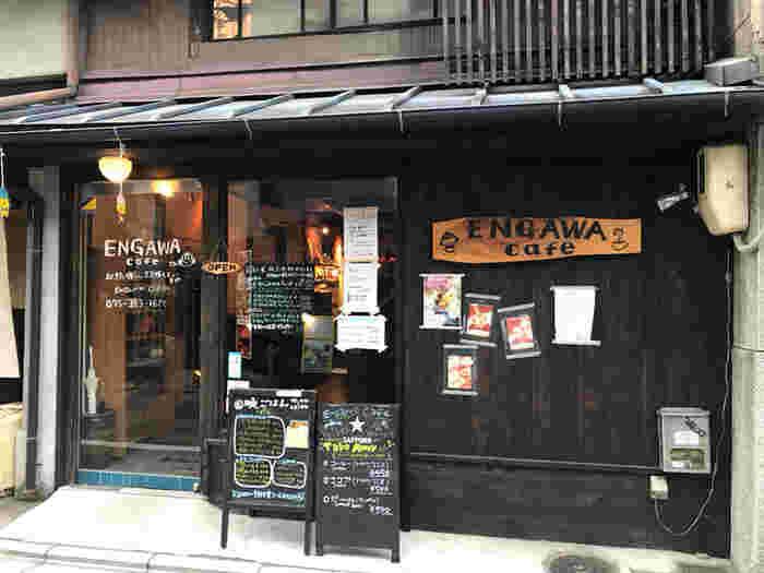 四条通りを一筋南に少し行くと見えてくる、築100年超の町屋で営む「ENGAWA cafe」。 こちらのお店のメニューには「お麩」がふんだんに使われています。というのも、お麩屋さんが「みんなにお麩のおいしさを知ってほしい」という思いからOPENされたカフェなんです。生麩を使った手作りスイーツや、創作料理がめいっぱい楽しめますよ♪