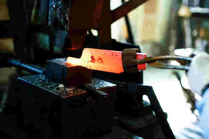 こちらがまさに「鉄は熱いうちに打て」の鍛造(たんぞう)。この日は工場長さんが真っ赤な鋼をカンカンと打ちつけ、四角い状態から包丁の形へと変化させていくところを見せてもらいました