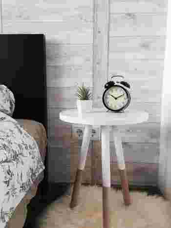寒い季節は、ベッドサイドのスペースにフェイクファーのミニラグを敷いて、お部屋に暖かな印象と季節感をプラスしてみましょう。