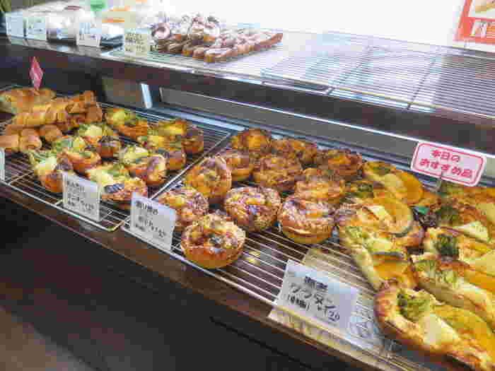 「1日1食おいしいパンを食べていただけたら…」 そんな想いのもと焼き上げられるパンは本当にどれも美味しい。落ち着いた店内にはフランスパンをはじめ、ハード系のパンからデニッシュなど、さまざまな種類のパンが並びます。