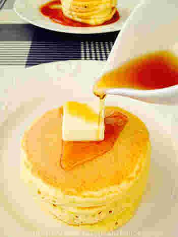 ふかふかのホットケーキです♪バターにとろりとしたあまーいメープルシロップをたっぷりかけて。