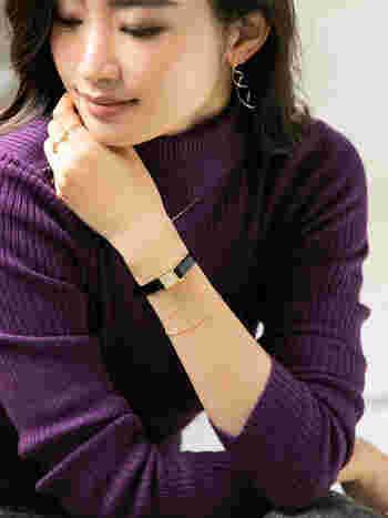 こちらの写真では少し見づらいですが、時計のベルトはクロコの型押し、文字盤にはキラキラと美しいダイヤが。時計だけでも美しいですが細いブレスレットを2本ダブル使いすると、さりげなく大人のこなれ感を演出できます。