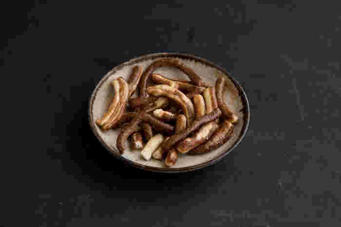 一般的なかりんとうは小麦粉を練ったものを油で揚げたものですが、こちらのそばかりん糖はそば粉で小麦粉を挟んで作られています。いつも食べているかりんとうとは食感も香りも違って、新鮮な味わいに。