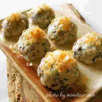 片栗粉を使って、もちもちに仕上げる和風のおからおやつ。芽ひじきやチーズも入って、栄養のバランスもとてもいいですね。