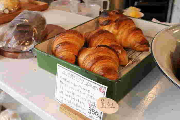 どのパンも見るからに美味しそうで、丁寧にじっくりとパンと向き合って作られている気持ちまで伝わるよう。まるい形がかわいいもちもちベーグルや、カットして見える層の重なりが食感の美味しさを物語る美しいクロワッサン。毎日食べたくなるしみじみ美味しいパンにうれしくなります。