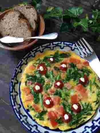 ルッコラの緑とトマトの赤、卵の黄色が彩り豊かで、目もお腹も満たされる一品。ルッコラの香りがアクセンになっているので、ひと味違うオムレツが食べたい時に、おすすめです。