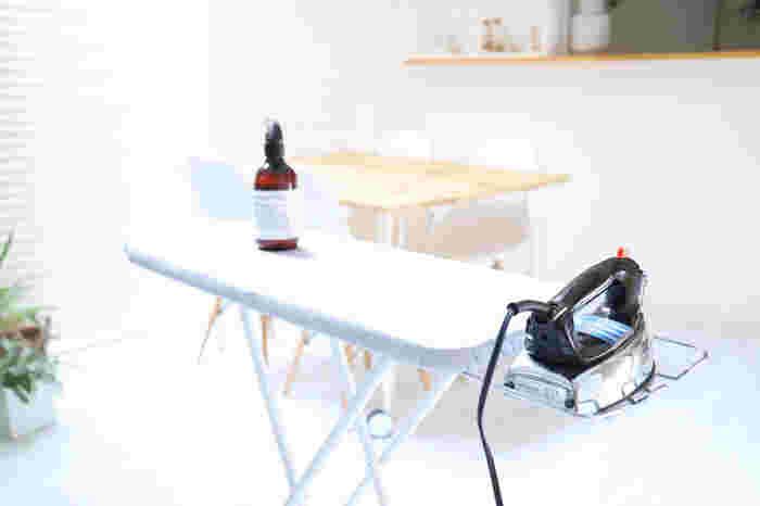 ハイタイプのアイロン台は、4段階に調整できるので立ったまま使ったり、椅子に座っても使ってもOK。その時々の気分に合わせて自由に使えます。サイドにはアイロンホルダーが付いていて、写真のようにアイロンを置くことができて便利◎