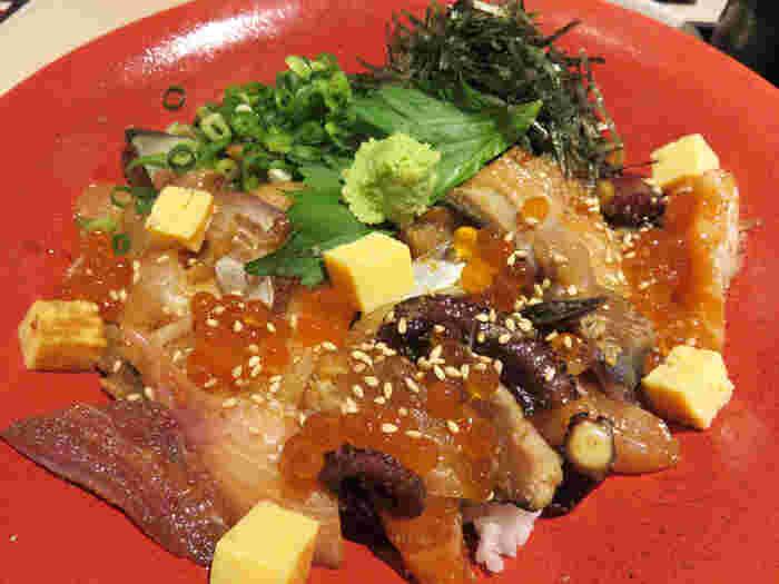 こちらも名物の「特盛海鮮丼」。新鮮な魚やイクラがのった海鮮丼はボリュームたっぷり。ねぎや大葉、海苔などの薬味がいいアクセントになっています。出汁も付いているので、途中で海鮮丼にかけてお茶漬け風にしてさらさらといただきましょう。
