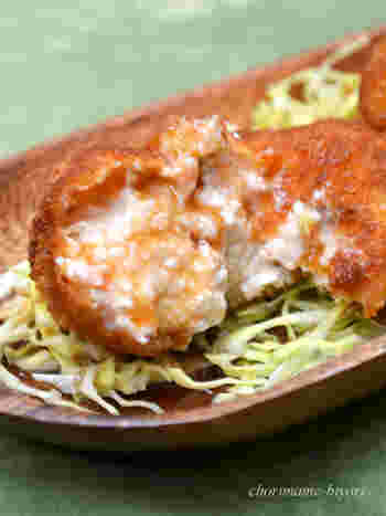 絹ごし豆腐と冷凍の塩鮭で作るクリーミーなコロッケのレシピ。牡蠣みたいになめらかでボリューミーな食感を味わえます。できたてのアツアツをいただくと、どんどんお箸が進みそうです。