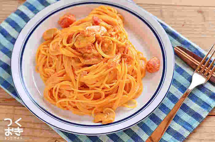 手のかかるトマトクリームパスタも、トマトソースの作り置きがあればさっと作れます。生クリームがトマトの酸味を和らげてマイルドに。