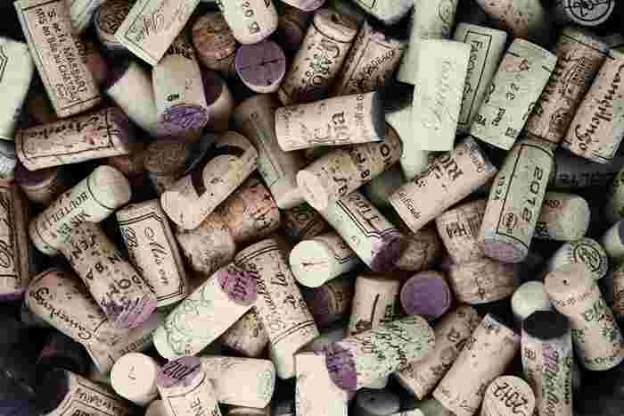 """コルクが乾燥すると瓶とコルク栓の間に隙間ができ、瓶内部に空気が混入してワインを酸化させます。""""瓶を寝かせる""""というのは、コルク栓を乾燥させないためですが、常温で保存する場合は""""コルク臭""""がワインについてしまいます。ワインセラーでは寝かせても、常温の場合は""""立てて""""保存しましょう。  ※コルク栓が乾燥すると、開栓時にコルクが崩れてしまいます。コルクが乾燥した場合は、ワインを数日横に寝かせて、コルクが湿ってから開栓しましょう。"""