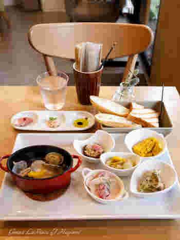 様々なサイドデッシュとパンがセットになった、人気の日替りプレートランチ。 どれも手が込んでいて見た目にも美しく、美味しさにも定評があります。