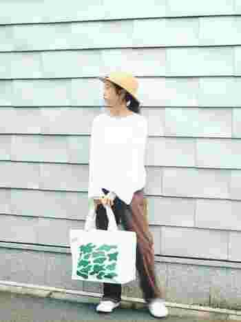 白とアースカラーのコーディネートは、とってもナチュラルな雰囲気。キャメルの中折れ帽は、そんなコーディネートにすっと馴染んでくれるんです。