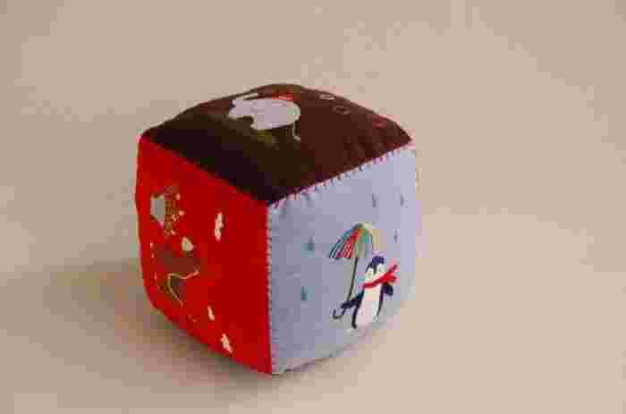 「ハンドメイド大賞」で篠原ともえ賞を受賞した作品。転がすと鈴が鳴るおもちゃは、赤ちゃんの好奇心を育んでくれます。篠原ともえさんも太鼓判を押した手触りのよさは、起毛素材を使っているから(画像提供:minne)