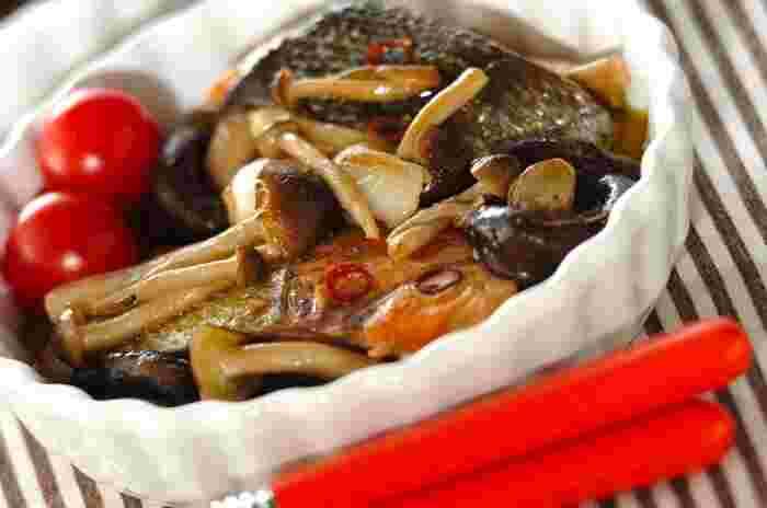 ニンニクとオリーブオイルの風味が食欲をそそるアヒージョ。こちらは秋の味覚の鮭とキノコを食材に使用します。バゲットを用意すればこれだけでご馳走です*