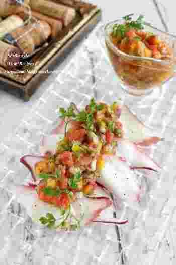 パプリカや紫玉ねぎなど、鮮やかな野菜を使ったサルサソース。カシューナッツの食感も素敵なアクセントです。写真のようにタコなどの魚介類にのせたり、肉料理に合わせたり。ワインのおつまみにぴったりの、美しいビジュアルのサルサソースです♪