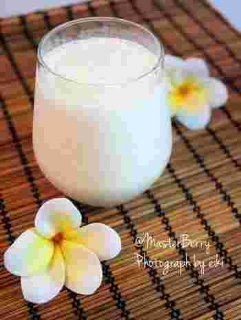 冷凍バナナと牛乳をミキサーにかけるだけの超お手軽ドリンク。シュガースポットの出たバナナを使うのがコツです。
