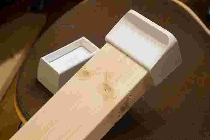 サイズは、2×4(ツーバイフォー)、1×4(ワンバイフォー)、2×6(ツーバイシックス)、1×6(ワンバイシックス)の4種類。2×4というのは「2インチ×4インチ」という意味で、2×4材とは断面の厚さが2インチ・幅が4インチの木材、ということです。1×4なら厚さは1インチと半分の薄さになります。