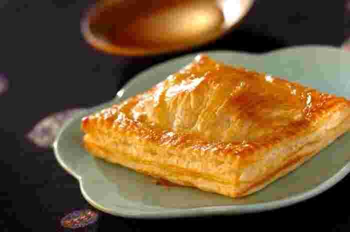 クリームチーズの酸味と栗きんとんの組み合わせがベストマッチ!パイ生地は冷凍のパイシートを使うので、とっても簡単。沢山作っておいて、焼く前の状態で冷凍しておけば、おやつやティータイムに便利です。