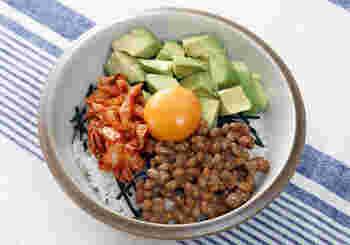 納豆ごはんをバ―ジョンアップ。アボカド納豆丼はいかが?アボカドのクリーミーさと、納豆のネバネバが調和します。卵黄とキムチをプラスすれば、栄養満点の理想的な朝丼に。