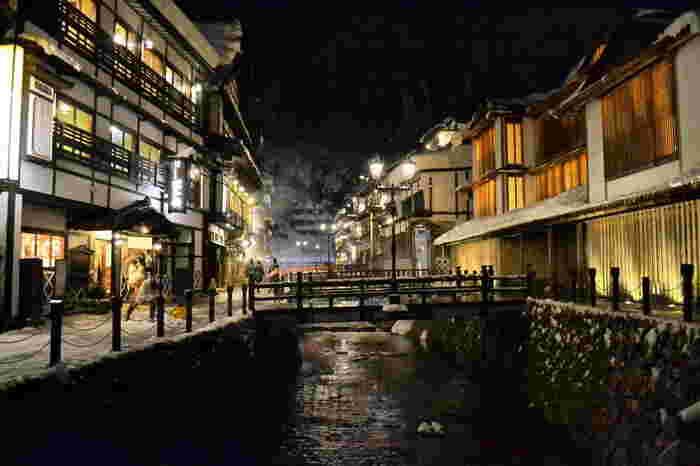 夜の銀山温泉。  銀山温泉が幻想的な世界となって、訪れた人たちを非日常の世界へと導きます。