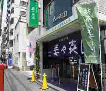 """東京メトロ銀座線浅草駅から徒歩9分。浅草寺の奥、言問通りに店舗を構える「壽々喜園 浅草本店」は、1853年創業のお茶問屋の老舗。大きなのれんが目印です!店内には煎茶や玉露、抹茶など昔ながらのお茶屋さんの風景が広がります。こちらで、なんといってもおすすめなのが、原料にも製法にもこだわった""""抹茶ジェラート""""。 ジェラートに使用する抹茶は、契約農家で生産されたもののみを使用。この抹茶、農林水産大臣賞を受賞したこともある最高品質の抹茶なんだそうです。"""
