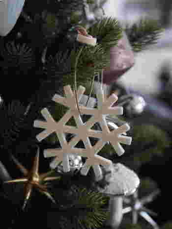 スノーフレークとは雪片、つまり雪のひとひらのこと。フェルトを雪の結晶の形にカットするだけなので、簡単に作れちゃいます。美しいスノーフレークをフェルトオーナメントに♪