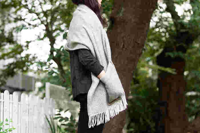 100%ウールのショールにポケットが付いたデザインの「ラプアンカンプリ」のアイテムです。程よい厚みの生地で、秋口の軽いアウターとしても活躍してくれる。