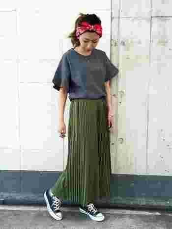 シンプルなフレアスリーブトップスに細かいプリーツのスカートを合わせてレディに。スニーカーで外して、今年流行のバンダナを合わせてカジュアルダウンするのがオシャレ。
