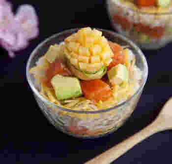 薄焼き卵を半分に折って、片側に切り込みを入れて、くるくると巻いていくだけでお花が作れます。カップ寿司やお弁当のアクセントになってくれますよ。