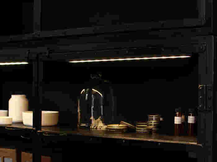 帯状に広がるあたかな光が、空間を優しく照らすバータイプのLEDライト。創業以来「ほかにないこだわりの照明作り」に挑んできた「ARTWORKSTUDIO(アートワークスタジオ)」のアイテムです。  可能な限りシンプルにデザインされたマットな質感のボディに、あたたかみのある電球色のLEDチップを組み合わせたワンランク上のバーライト。見慣れた部屋が、オシャレなショップのように洗練された空間へと変化します。マグネット式でメタルラック等には簡単に取り付け可能◎。