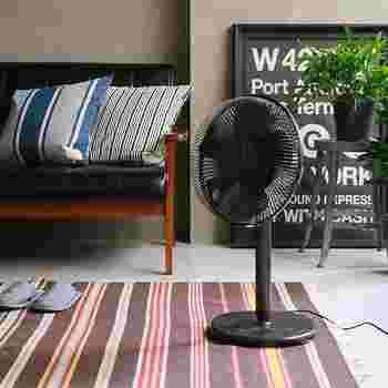 黒でスッキリ統一されているスタイリッシュな扇風機。 シンプルな部屋にもナチュラルな部屋にも合いそう!
