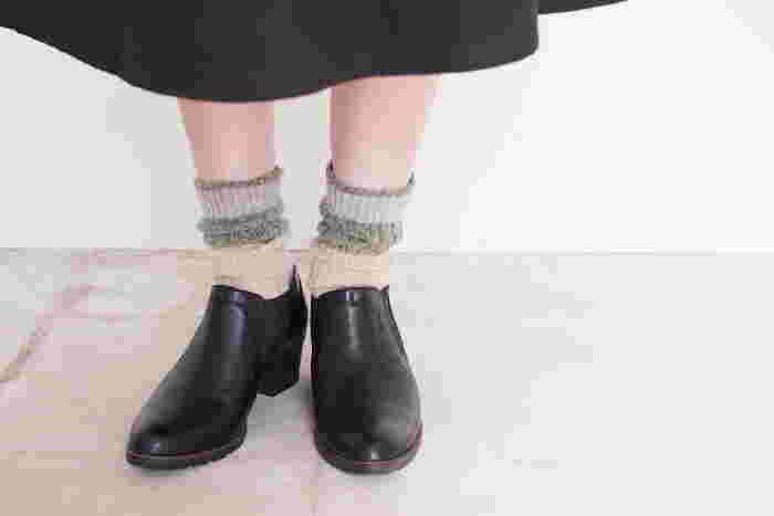 シンプルな黒色のオペラシューズには、深緑やアイボリーを使った柔らかな印象の靴下がぴったり。モノトーンコーデに合わせても、上品な大人スタイルに合わせても、違和感なく靴下コーデを楽しむことができますよ♪