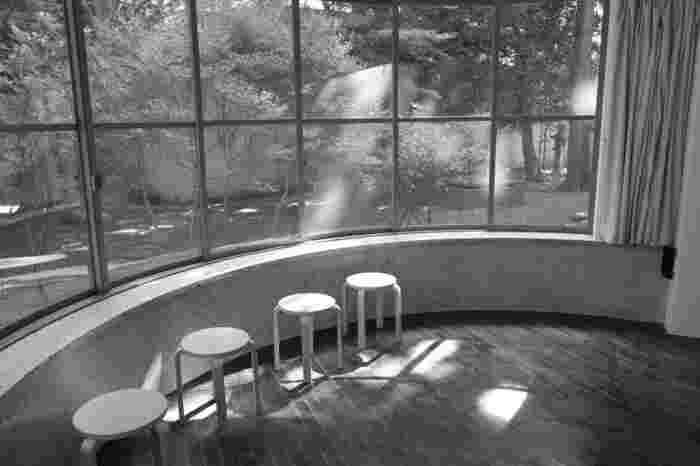 中庭には広い芝生や木々が生い茂っています。作品を見終わったら、館内のカフェ、カフェダールで一息ついて。
