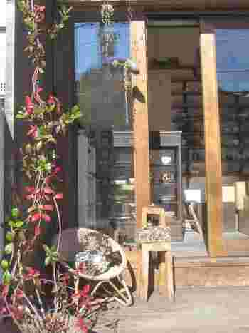 妙本寺山門内の参道沿いにある、わずかひと坪の小さなお店です。