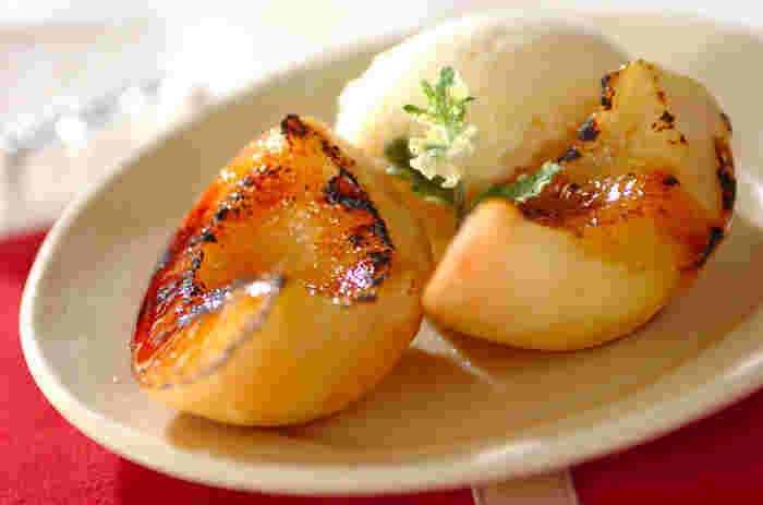 ちょっぴり硬い桃もグラニュー糖とトースターの力で美味しくなちゃう! 熱々の桃に冷たいアイス…たまらない組み合わせですよね〜。