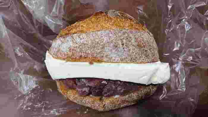 あんことクリームチーズをハード系のパンで挟んだ「アンフロマージュ」は、甘くて濃厚な味わい。和と洋のバランスが絶妙です。