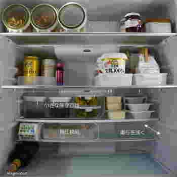 冷蔵庫の棚板は、自分で高さも調節できるものが多いですよね。こちらの例では、下段の前後2枚に分けられる棚板を同じ段から別々の段に配し、奥行きが浅い2段に。高さと奥行きに合った中身が見える容器を使うことで何が入っているのか一目瞭然!奥にものを詰め込むのではなく上手に縦のスペースを活用した見やすい収納方法です。手前に背の高い食品類を置くこともできますね。