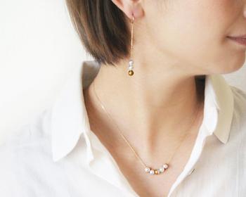 小粒でもしっかりと存在感を出してくれるのがパールの良さ。大人として一つは持っておきたいタイプのネックレスですね。