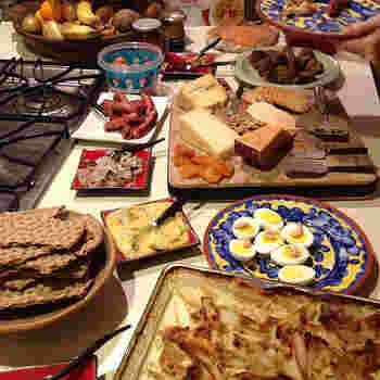 とっても素敵なテーブルコーディネートでランチ。ヤンソンさんの誘惑は、おもてなし料理のレパートリーに入れておきたい一品です。