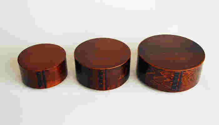拭き漆仕上げのつやが美しい、信州・木曽の曲げわっぱは、側板に特産の木曽ヒノキ、蓋と底板に木曽サワラを使っています。※電子レンジ・食洗機・乾燥機・オーブンは使用NG。:木曽ヒノキ、合わせ目のつなぎ:山桜の皮