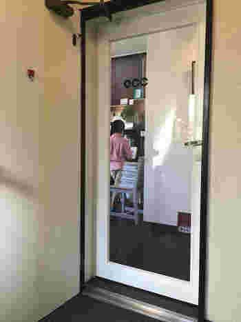 清澄庭園の向かい側にあるビルの2階にのぼると、小さな白いドア。「GINGER.TOKYO(ジンジャー・ドット・トーキョー)」は、カフェでもありイベントスペースでもある隠れ家のようなお店です。