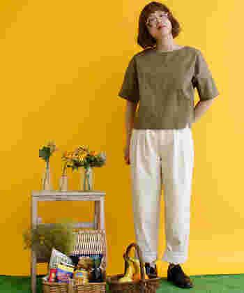 トップスの裾が白のワイドパンツに少しだけかかる程度の長さで、好バランスな着こなしに。ただし短い丈のトップスは、ちょっと背伸びをした程度でお腹が見えてしまう可能性も高いので、インナーの着用は必須です。