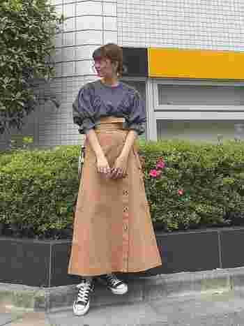 フェミンでレトロなデザインのふんわりブラウスに、ハリのあるロングスカートを。 白やデニムをあわせるよりも、秋の気分を感じられます。