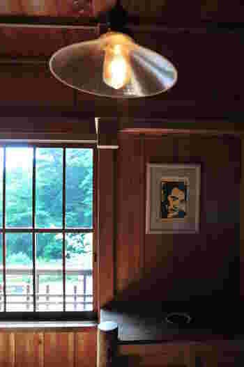 1909(明治42〉年、青森県生まれ。暗く陰鬱なイメージを持たれがちですが、『お伽草子』『パンドラの匣』『畜犬伝』などユーモアに溢れた作品も多く残しています。  芥川龍之介のことが大好きで、芥川と同じポーズで写真を撮ったり、芥川の似顔絵や名前をノートに書き連ねたりしていたというエピソードも。