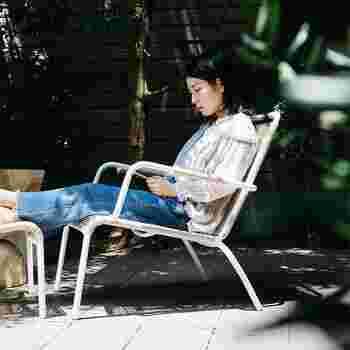 家から一歩出るだけでも、外の空気は季節の移ろいを教えてくれます。陽射しや風を肌で感じながら、木陰でのんびり読書なんていかがでしょう?眠くなったらちょっとウトウトするのも、日常の忙しさを忘れられる贅沢な時間です。
