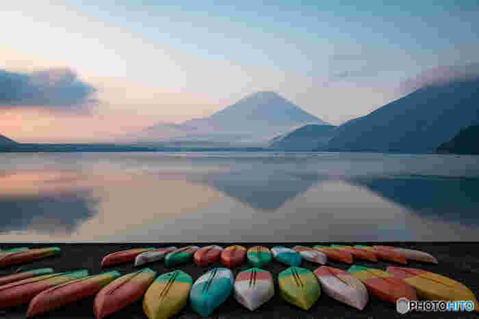 千円札の裏面に描かれている逆さ富士のモデルとなった湖・本栖湖は、富士五湖の中で最も水深が深い湖です。ウィンドサーフィンのメッカとしても知られ、夏には多くのウィンドサーファーで賑わっています。また、ヒメマスの釣りスポットとしても有名です。